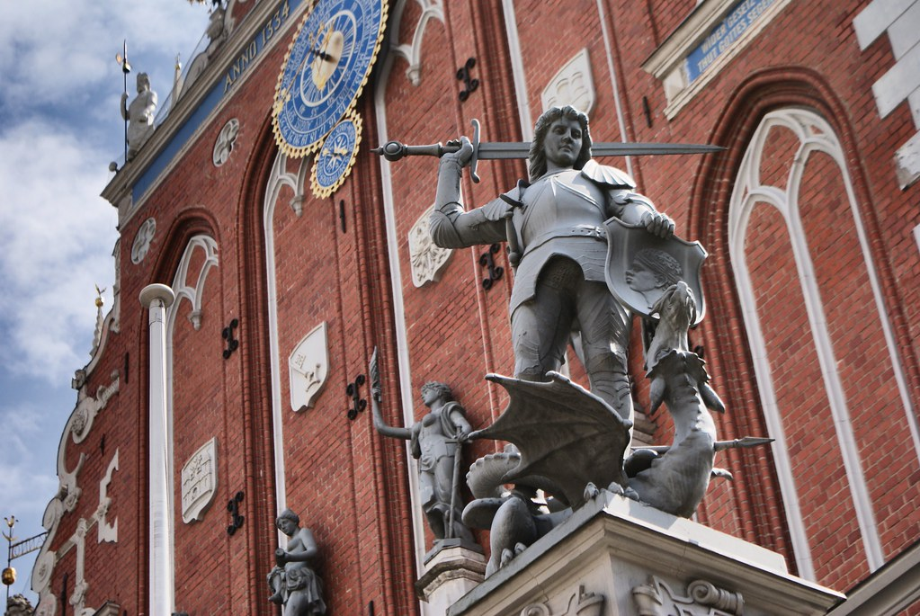 Saint George, tout en flegme, terrasse le dragon. La foi triomphe du mal et des paiens. Dans la Vieille Ville de Riga.