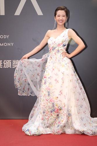 LuLu一襲深V花紋洋裝禮服,除了小露事業線顯性感,也襯托出她年輕可愛的一面,引來現場陣陣歡呼聲,也讓網友大讚「真美」、「穿得很漂亮主持又好」,紅毯人氣可說爆棚。