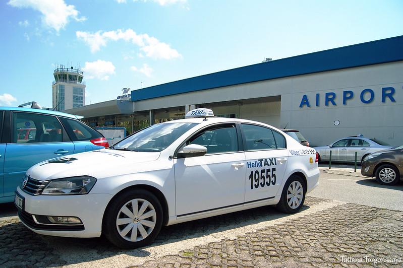 """Такси """"Hello"""" перед тиватским аэропортом"""