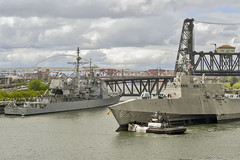 USS Jackson (LCS 6) passes by USS Bunker Hill (CG 52) while arriving in Portland. (U.S. Navy/MC2 Jacob G. Sisco)