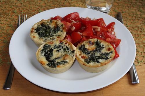 Spinat-Käse-Törtchen mit Tomatensalat