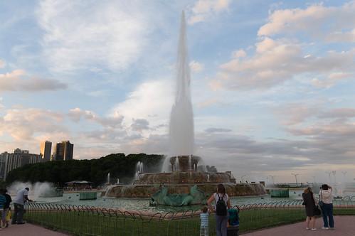 buckingham fountain at evening