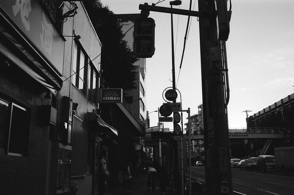 """西日暮里駅 Tokyo, Japan / Kodak TRI-X / Nikon FM2 其實在某些狀態下,是沒有辦法去猜測自己的想法到底是什麼,我都會把這個餛飩的狀態稱作是另外一個人的思考。  類似放空嗎?不,思考的狀態沒有停止,當想出來結果的時候,會有人和你說明的!  至於那個人是誰,就是前面提到的 """"另外一個人""""。  Nikon FM2 Nikon AI AF Nikkor 35mm F/2D Kodak TRI-X 400 / 400TX 1275-0020 2015-10-05 Photo by Toomore"""