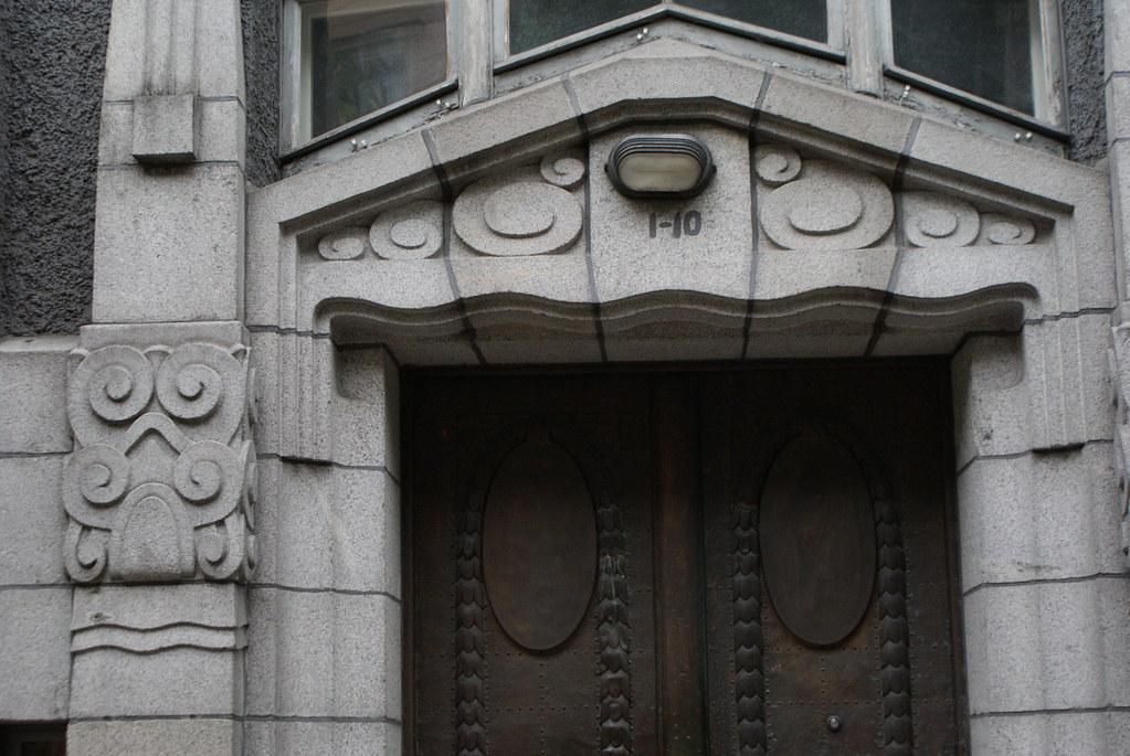 Porte sculptée dans le style art nouveau à Riga.