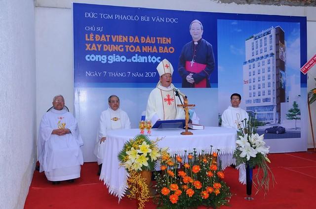 Đức TGM Phaolo chủ sự Thánh lễ đặt viên đá xây dựng tòa nhà báo Cộng sản mang danh Công giáo. Ảnh: Công giáo và dân tộc.