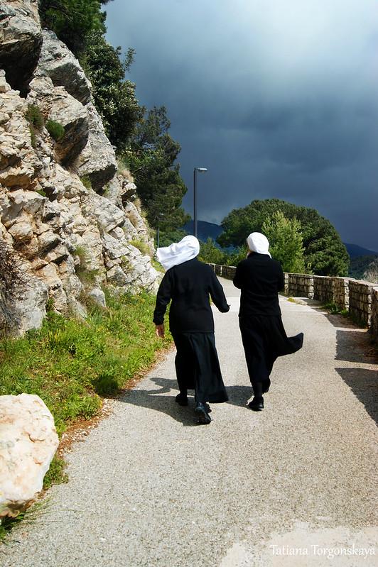 Монахини в прогулочной зоне Петроваца