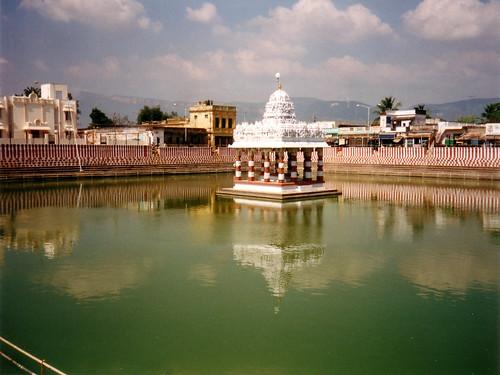 तिरुपति के निकट त्रिचानूर स्थित मन्दिर का तालाब
