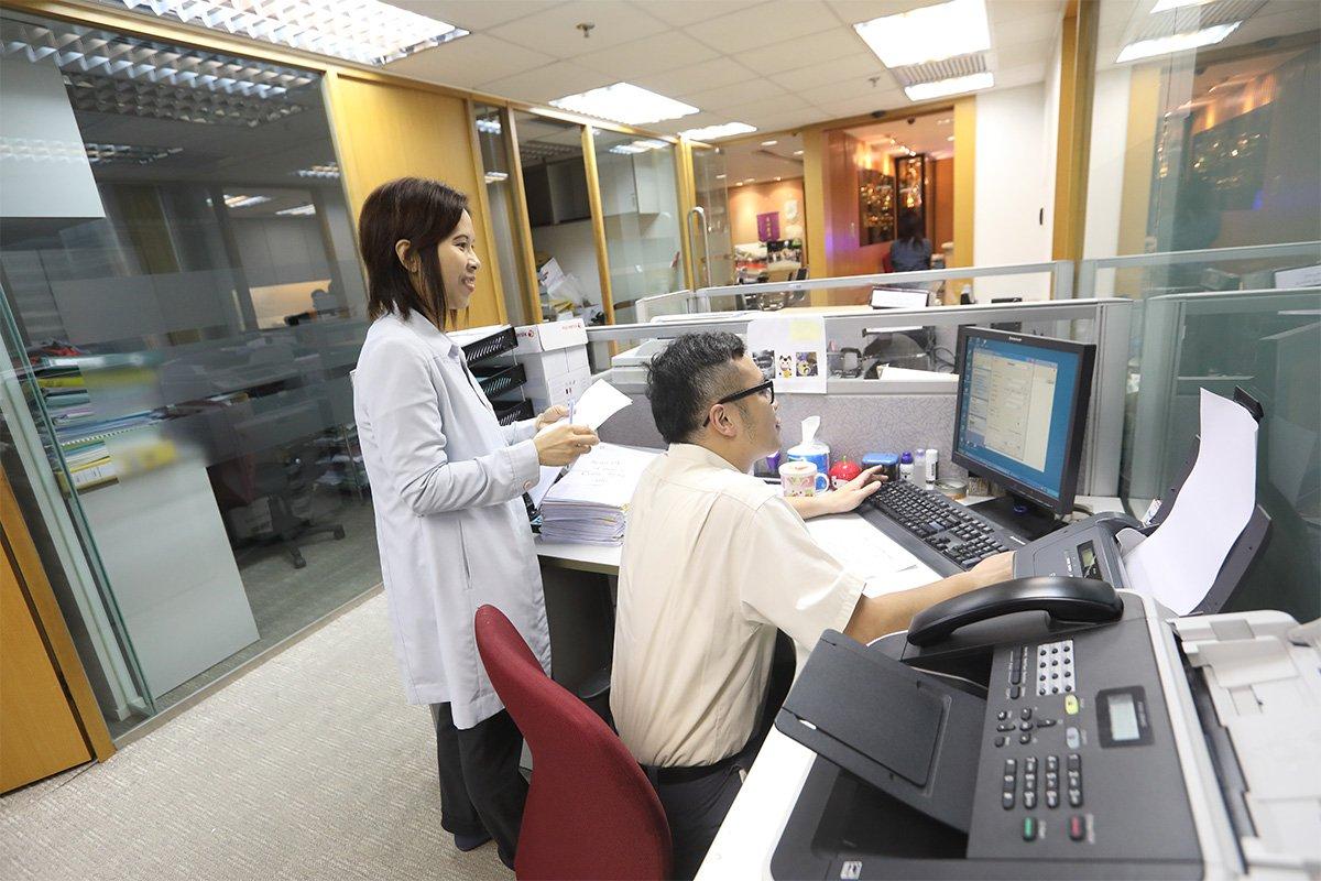 這是阿華的辦公桌。協康會「星亮計劃高功能自閉症青年成長支援服務」的社工,會定期到訪公司提供支援,確保阿華能融入職場。