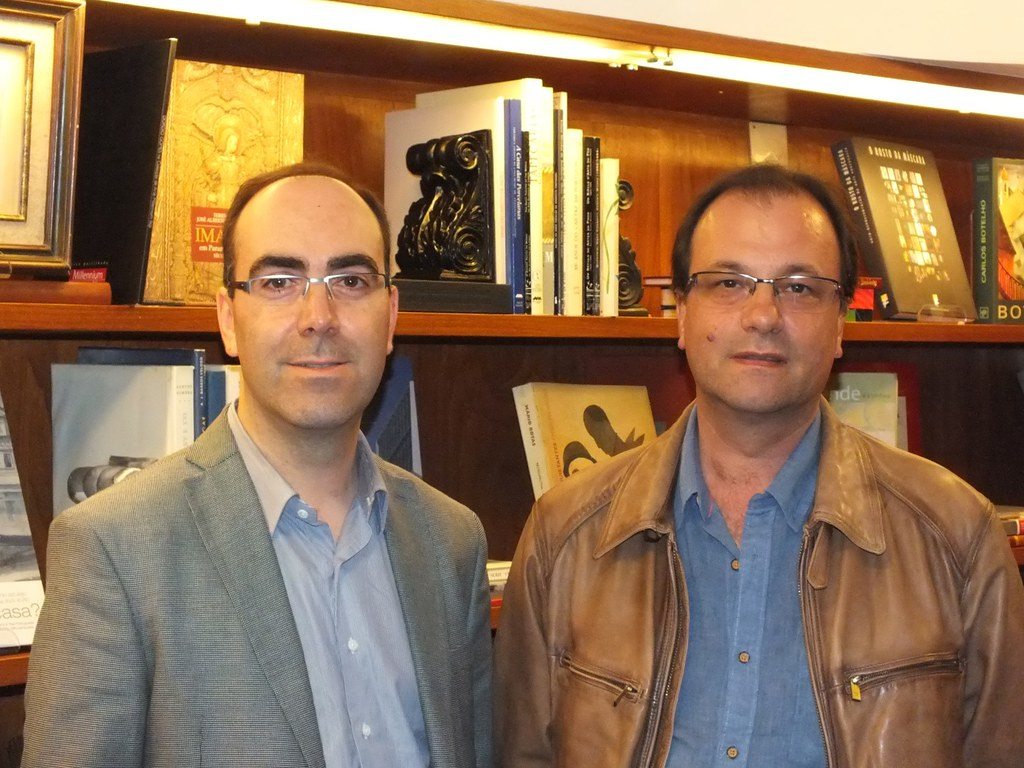 O historiador Daniel Bastos (esq.) acompanhado do      tradutor Paulo Teixeira