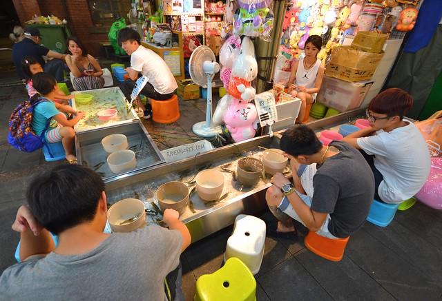 catch the shrimp game shinlin ngiht market taiwan itinerary