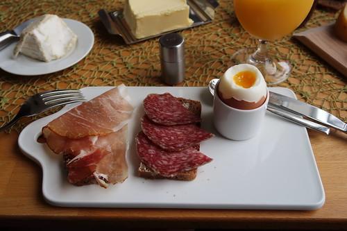 Geräucherter Schinken und Mettwurst auf Roggenbrot zum Frühstücksei