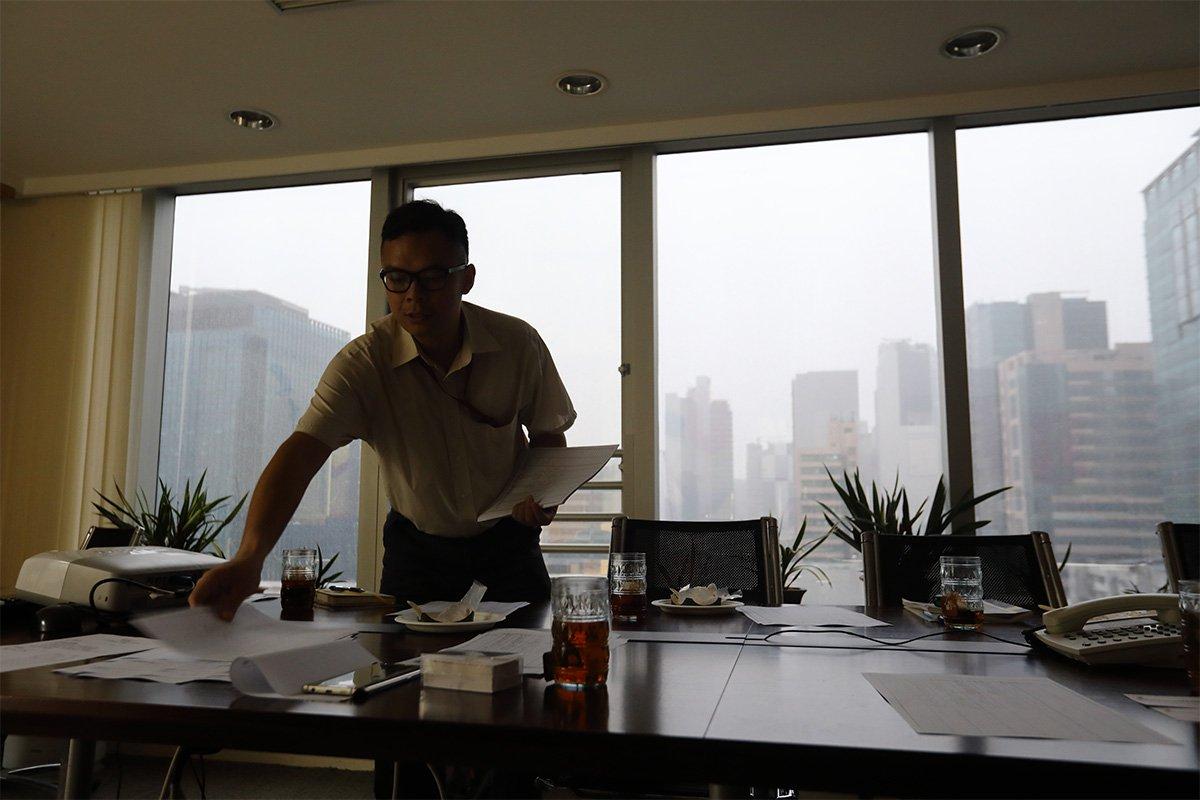 阿華珍惜工作,從不遲到早退,病了也堅持上班。他感動了公司同事,有人甚至主動上網查看自閉症的種種,希望加深了解。
