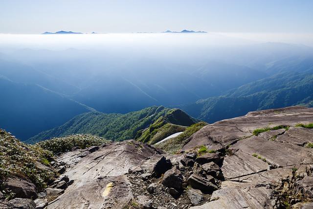 登って来た尾根と雲海越しの山々@氷河期跡一枚岩