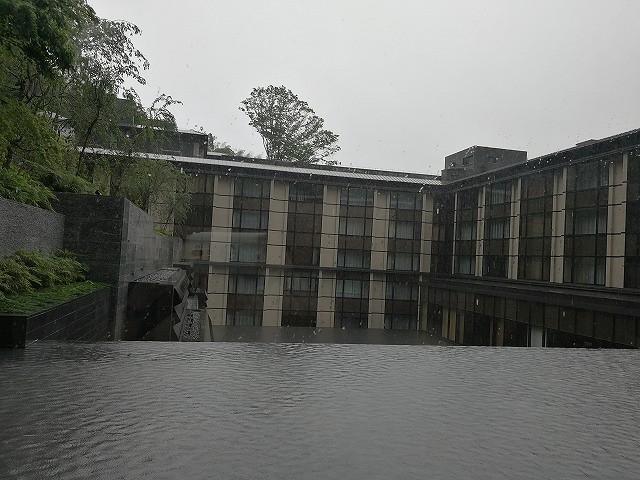 <p>あいにくの大雨の中到着</p>