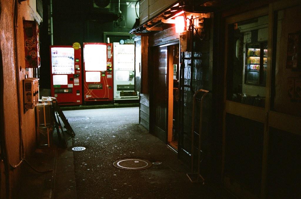 新宿花園一番街 Tokyo, Japan / AGFA VISTAPlus / Nikon FM2 這裡是他記得要前往的地方,他一直想要等到下雪的場景,但沒有辦法如願,畢竟東京本來就不是一個下雪的城市。  他的旅行後來常常回到東京,也常常過來這裡走走,看能不能再拍到理想中的畫面。  男孩一直告訴自己,有機會一定要體驗一下酒吧的氣氛,最好像村上春樹一樣,播放著爵士樂的酒吧!  Nikon FM2 Nikon AI AF Nikkor 35mm F/2D AGFA VISTAPlus ISO400 1002-0026 2015-10-04 Photo by Toomore
