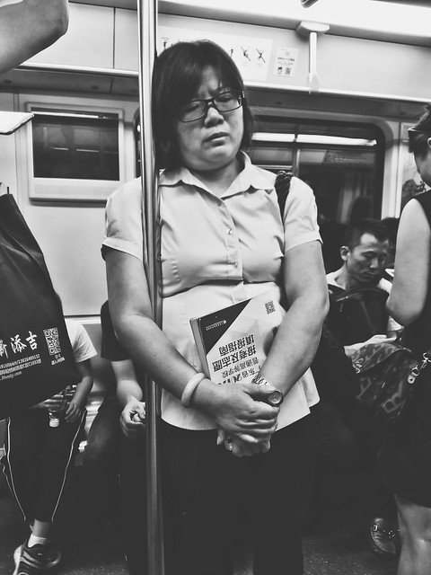 眉头紧锁的妈妈,估计是为儿女报考志愿操碎了心吧。 活着 加油吧中国人