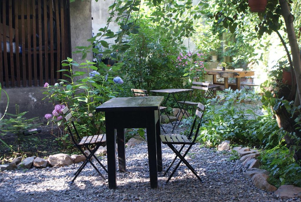 Jardin dans la cour du 2 Okna Café à Kazimierz, Cracovie.