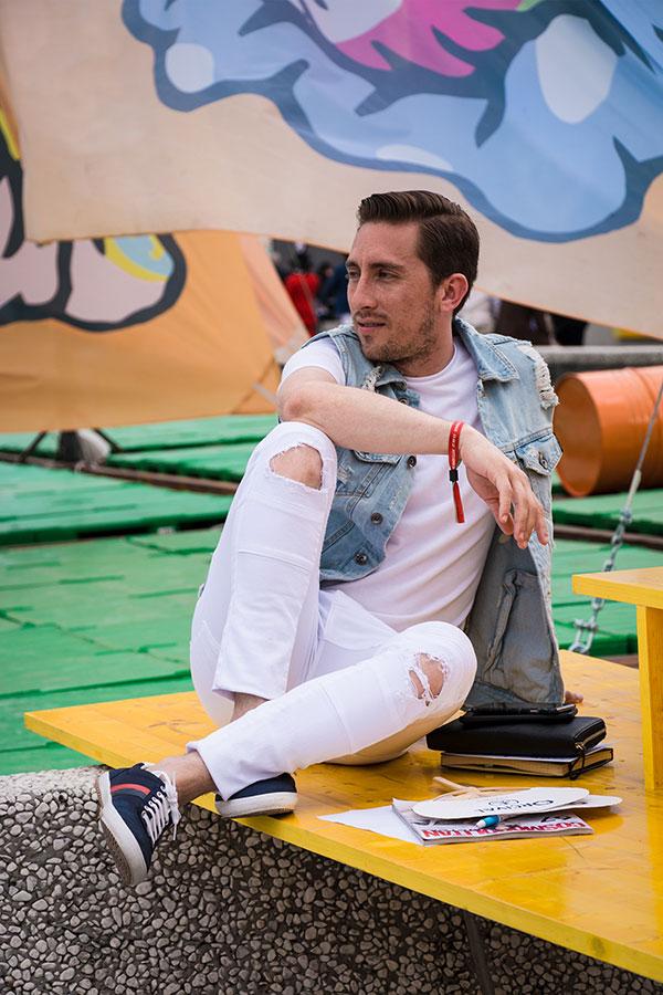 袖なしGジャン×白無地Tシャツ×白パンツ×GUCCIネイビースニーカー