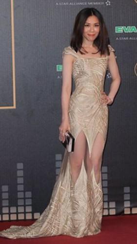 蔡健雅身穿金色的華麗禮服搭配隨性髮型恰到好處