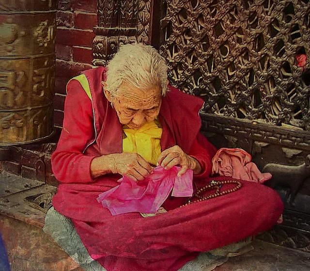 NEPAL,  Bodnath, Rund um die Stupa , lovely old woman , 16266/8571