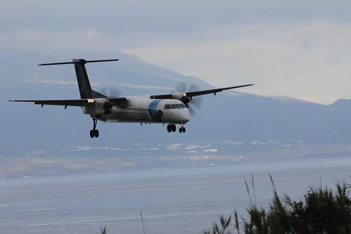 Bombardier Dash 8 approaching Horta 170615_329