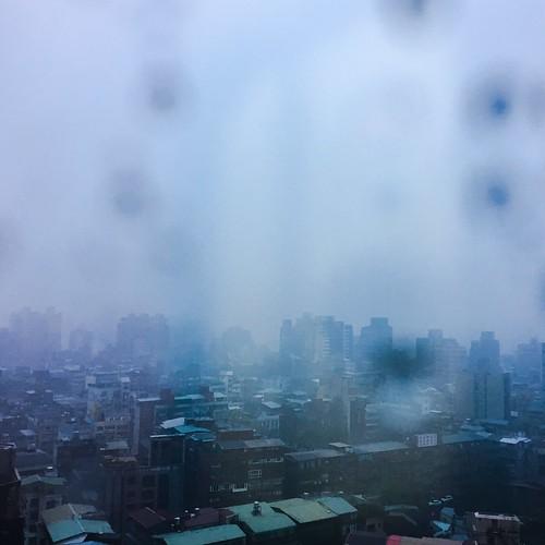 被暴雨包圍的城市