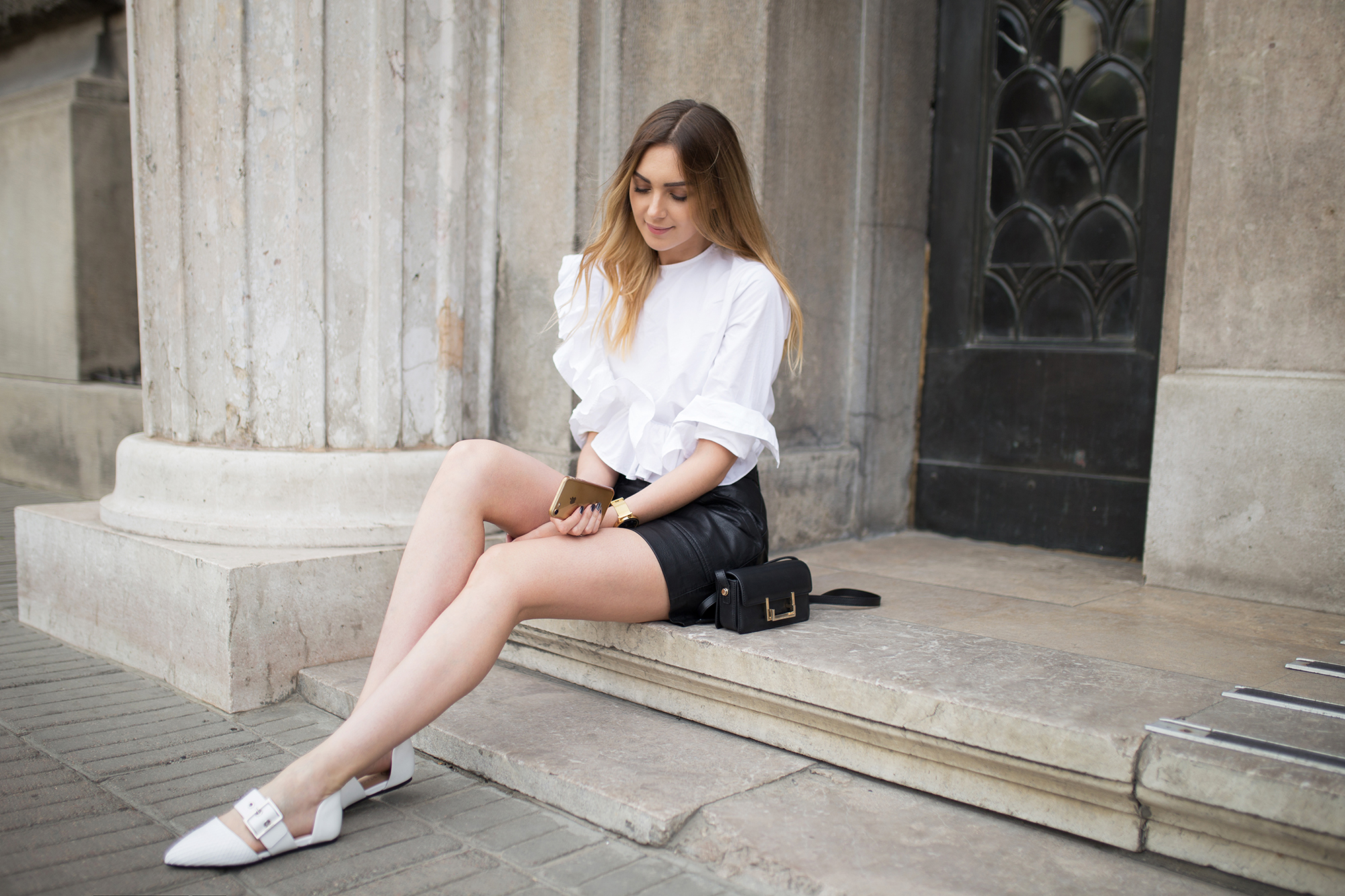 fashion-blogger-black-and-white-look-ruffle-street