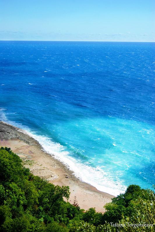 Вид сверху на Адриатическое море и пляж