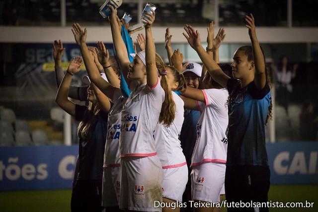 Jogadoras do Santos comemoram com a torcida vitória do time sobre o Corinthians, no primeiro jogo da final do Brasileirão Feminino 2017, disputado na Vila Belmiro, no dia 13 de julho, e vencido pelas Sereias da Vila por 2 a 0