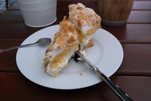Geteiltes Stück von einer Stachelbeer-Baiser-Torte (im Restaurant Gartenlaube in Marburg)