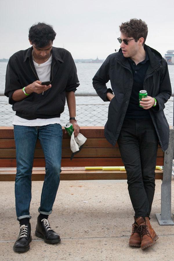 黒スイングトップ×白無地Tシャツ×デニムパンツ×黒ローカットブーツ&黒フィールドジャケット×黒ポロシャツ×ブラックジーンズ×ブラウンブーツ