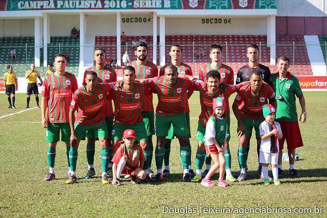 Elenco da Portuguesa Santista posa para foto antes do início da partida diante do São Caetano. O jogo, válido pela Copa Paulista de 2017, foi disputado no dia 9 de junho e terminou em 1 a 1