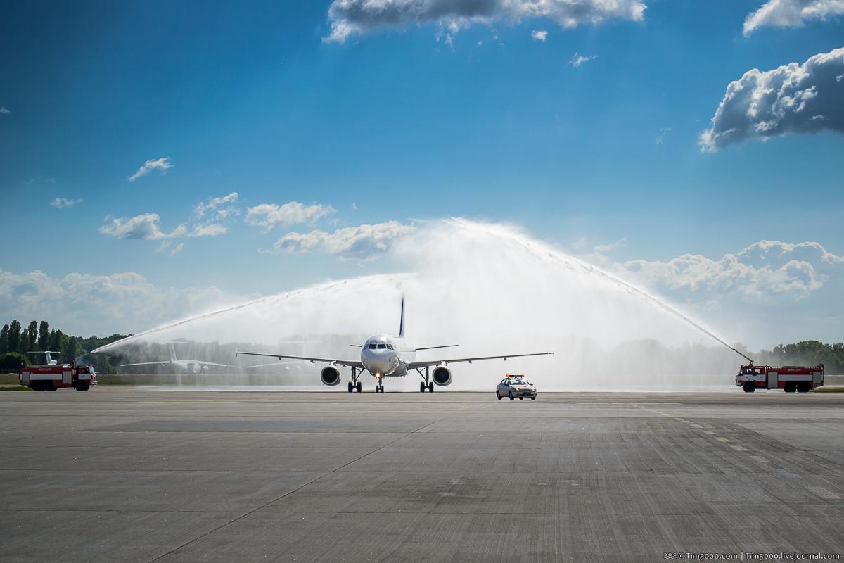 Праздничная встреча самолета из Казахстана водяной аркой
