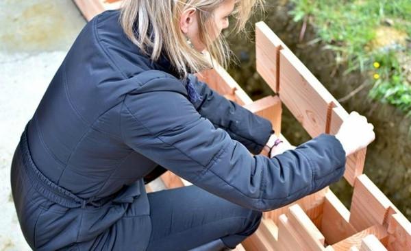 Các viên gạch xếp trực tiếp vào nhau thông qua các rãnh nối.