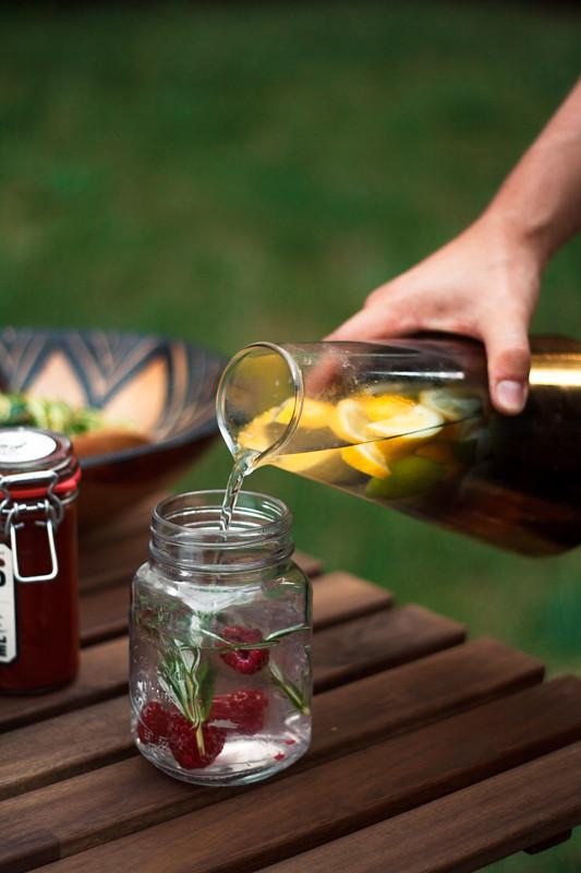 Selbstgemachte Zitronen Rosmarin Himbeer Limonade