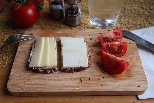Heumilchkäse und Ziegenkäse auf Dinkel-Pur-Brot
