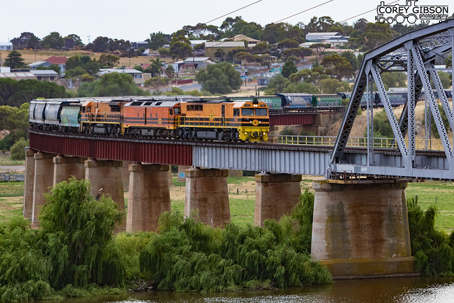 FQ02, ALF21 & GWA002 about to cross the Murray River at Murray Bridge.
