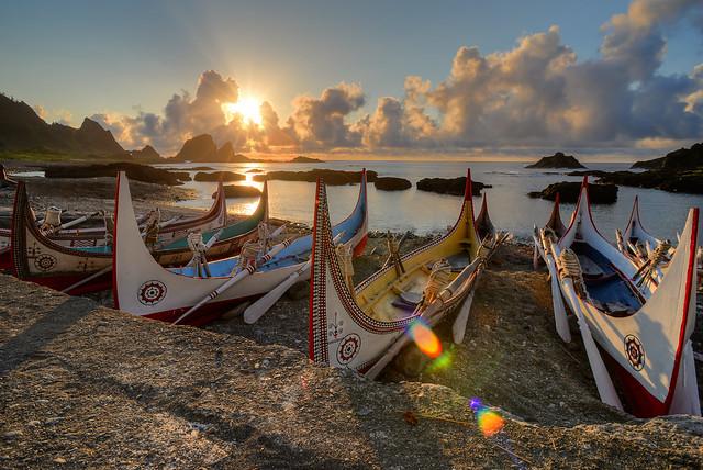蘭嶼東清灣日出與拼板舟