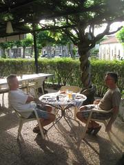 2017-06 Picos en Pyreneeën ontbijt op terras van hotel Escalandes