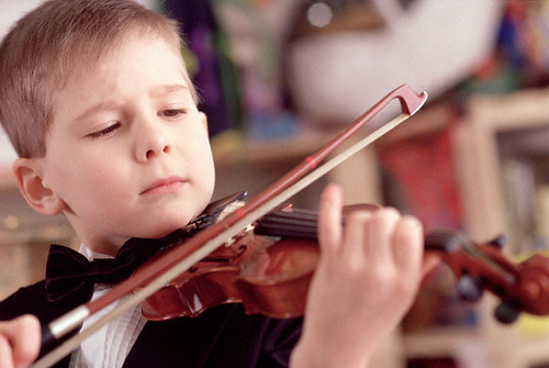 У вересні з учнів музичних та художніх шкіл Рівного братимуть більше грошей за навчання. Минулого тижня міський голова Володимир Хомко підписав розпорядження, яке встановлює новий розмір оплати.