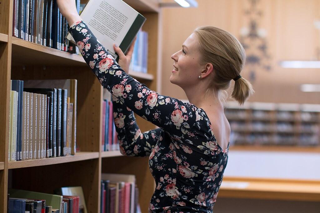 kirjastossa03