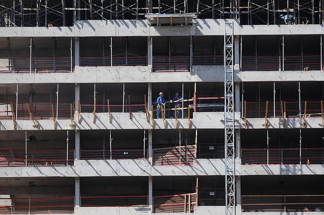 La construcción civil fue el sector que más recortó puestos de trabajo en el trimestre que cerró en febrero de este año, según el IBGE - Créditos: Agencia Brasil
