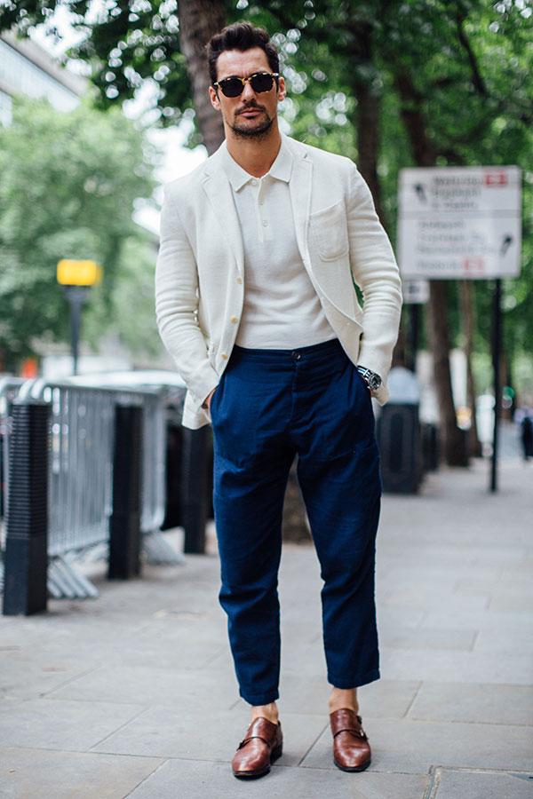白テーラードジャケット×白ポロシャツ×ネイビーチノパン×ブラウンダブルモンクストラップ