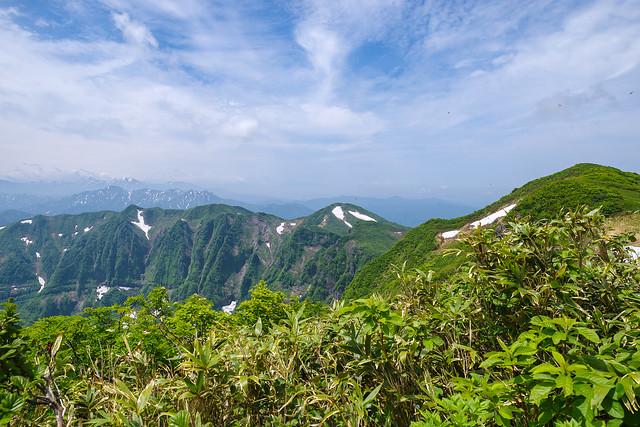 鬼ヶ面の険しい稜線を眺めながら下山の途に・・