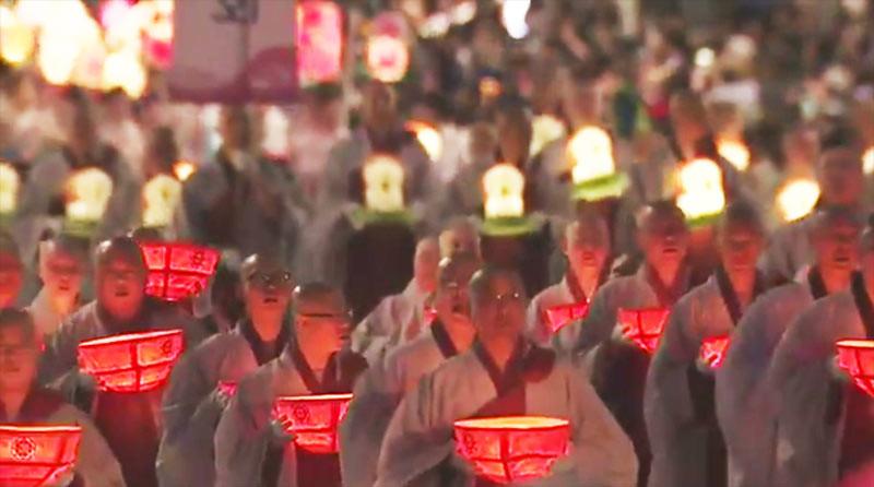 Para bhiksu di parade Lentera Lotus, Seoul, Korea Selatan, Sabtu (29/4/2017).