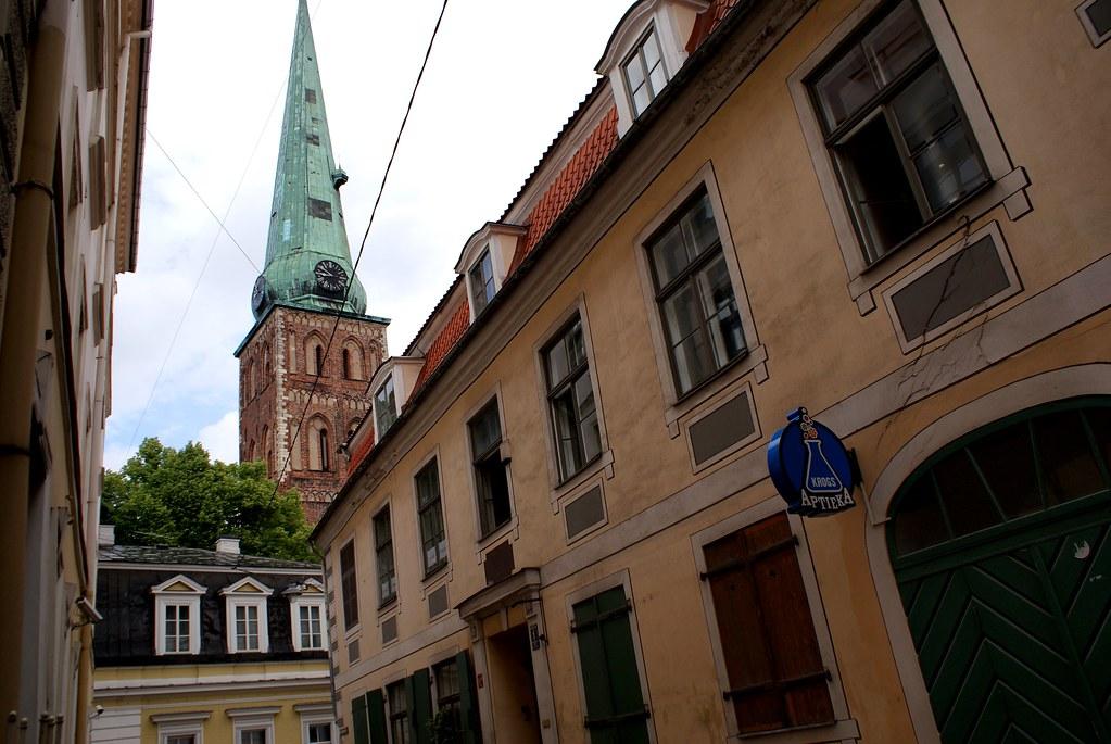 Eglise et rue de la Vieille Ville de Riga en Lettonie.