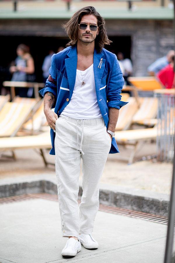 ブルージャケット×白無地Tシャツ×白イージーパンツ×白ローカットスニーカー