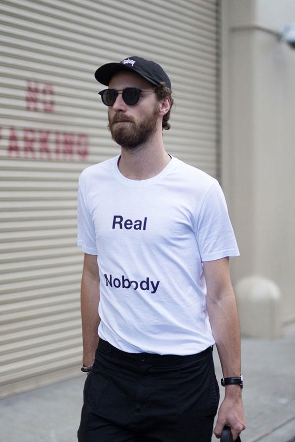 黒Stussyキャップ×白Tシャツ×黒パンツ