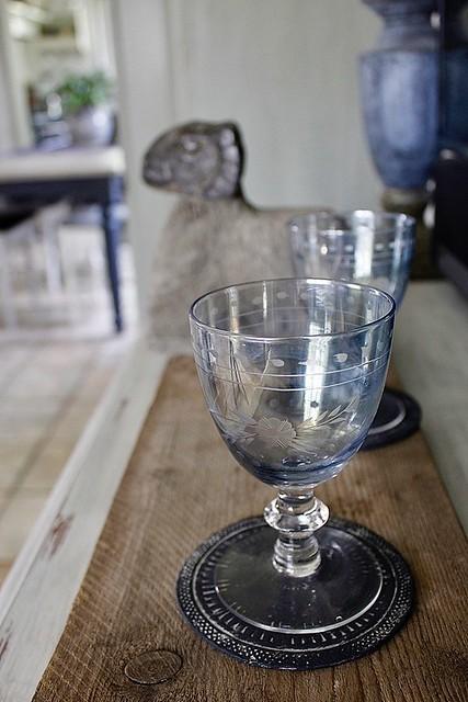 Blauwpaarse wijnglazen