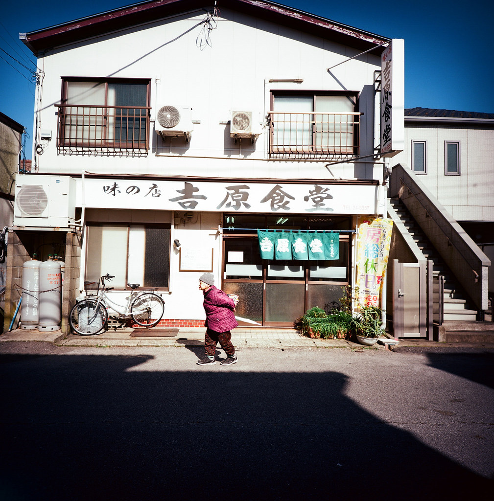 銚子市, Japan / Kodak Pro Ektar / Lomo LC-A 120 這卷底片對於藍天特別漂亮,雖然我不記得到底是因為那天的天空就是這麼藍還是底片的問題。  但是我記得一件事,那時候離開北海道回東京的時候,收到妳的來信。雖然妳的內容只有ㄟ,連個主旨都沒有打,但這個開啟,是我等好久的回應。  就這樣我一直都很相信北海道神社,每次都會想要再去一次祈福。  Lomo LC-A 120 Kodak Pro Ektar 100 120mm 8280-0009 2016/02/04 Photo by Toomore